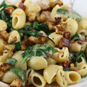 Chicken, Pasta, Sun-Dried Tomatoes, and Spinach. YUM!Source: Pinterest